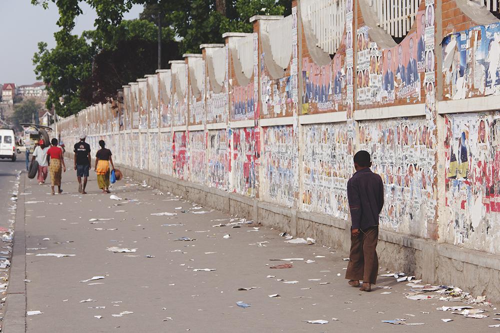 mur_affichage_sauvage_antananarivo_election_2013